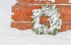 Χιονώδες παγωμένο στεφάνι Χριστουγέννων Στεφάνι των κλάδων έλατου Στοκ Φωτογραφία