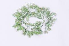 Χιονώδες παγωμένο στεφάνι Χριστουγέννων Στεφάνι των κλάδων έλατου Στοκ Εικόνες