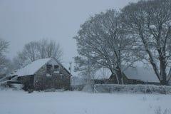 Χιονώδες σπίτι χειμερινών αγροκτημάτων στοκ εικόνες