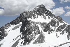 Χιονώδες τοπίο βουνών δράκων νεφριτών στην Κίνα Στοκ Φωτογραφίες