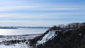 Χιονώδες τοπίο του Κεμπέκ κατά τη διάρκεια του χειμώνα, του ουρανού και των δέντρων στοκ φωτογραφίες
