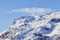 Χιονώδες υπόβαθρο τοπίων με τα βουνά και τα δέντρα Στοκ εικόνα με δικαίωμα ελεύθερης χρήσης