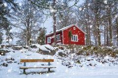 Χιονώδες χειμερινό τοπίο με το κόκκινο ξύλινο σπίτι Στοκ Εικόνες
