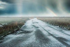 Χιονώδης δρόμος με ένα ουράνιο τόξο Στοκ φωτογραφία με δικαίωμα ελεύθερης χρήσης