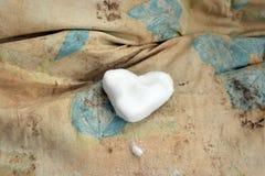 Χιονώδης καρδιά στο βρώμικο σεντόνι στοκ φωτογραφία με δικαίωμα ελεύθερης χρήσης