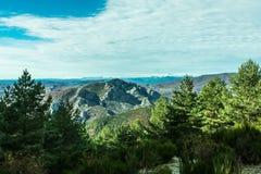 Χιονώδης κορυφή βουνών την ηλιόλουστη ημέρα στοκ φωτογραφίες με δικαίωμα ελεύθερης χρήσης