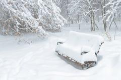 Χιονώδης πάγκος κατά τη διάρκεια της χιονοθύελλας στο πάρκο, Μόσχα Στοκ Φωτογραφίες