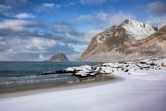 Χιονώδης παραλία σε Lofoten στοκ φωτογραφία