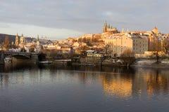 Χιονώδης Πράγα μικρότερη πόλη με το γοτθικό Castle επάνω από τον ποταμό Vltava, Τσεχία Στοκ Εικόνες