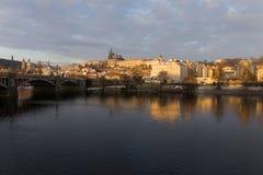 Χιονώδης Πράγα μικρότερη πόλη με το γοτθικό Castle επάνω από τον ποταμό Vltava, Τσεχία Στοκ Εικόνα