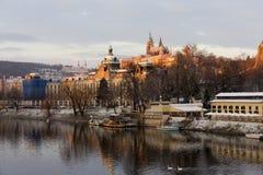 Χιονώδης Πράγα μικρότερη πόλη με το γοτθικό Castle επάνω από τον ποταμό Vltava, Τσεχία Στοκ εικόνα με δικαίωμα ελεύθερης χρήσης