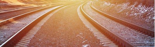 Χιονώδης ρωσικός χειμερινός σιδηρόδρομος λεπτομερειών κάτω από το φωτεινό φως του ήλιου Οι ράγες και οι κοιμώμεοί κάτω από το χιό Στοκ Φωτογραφία