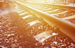 Χιονώδης ρωσικός χειμερινός σιδηρόδρομος λεπτομερειών κάτω από το φωτεινό φως του ήλιου Οι ράγες και οι κοιμώμεοί κάτω από το χιό Στοκ Εικόνες