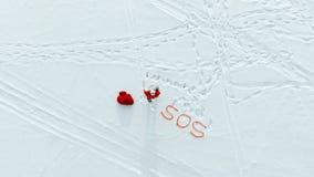 Χιονώδης τομέας με Άγιο Βασίλη που στέλνει ένα SOS-σήμα απόθεμα βίντεο