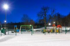 Χιονώδης χειμώνας στο πάρκο στο σούρουπο Στοκ Εικόνες