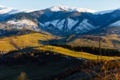 Χιονώδη βουνά και πράσινο κατώτατο σημείο βουνών πρώιμη άνοιξη Όμορφο τοπίο στοκ φωτογραφία με δικαίωμα ελεύθερης χρήσης