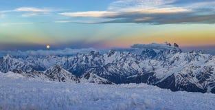 Χιονώδη βουνά Καύκασου στο ηλιοβασίλεμα με και Anticrepuscular τις ακτίνες Στοκ Εικόνες