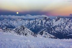 Χιονώδη βουνά Καύκασου στο ηλιοβασίλεμα με και Anticrepuscular τις ακτίνες Στοκ φωτογραφία με δικαίωμα ελεύθερης χρήσης