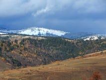 Χιονώδη βουνά με το νεφελώδη ουρανό Στοκ Εικόνες