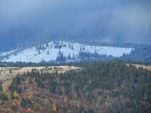 Χιονώδη βουνά με το νεφελώδη ουρανό Στοκ φωτογραφία με δικαίωμα ελεύθερης χρήσης