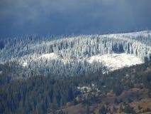 Χιονώδη βουνά με το νεφελώδη ουρανό Στοκ Εικόνα