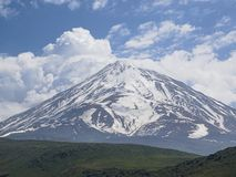 Χιονώδη βουνά την άνοιξη στοκ εικόνες
