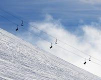 Χιονώδη off-piste κλίση και chair-lift σκι στην ομίχλη Στοκ Φωτογραφίες