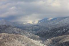 Χιονώδεις αιχμές και κοιλάδες βουνών Στοκ φωτογραφία με δικαίωμα ελεύθερης χρήσης