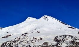 Χιονώδεις αιχμές του υποστηρίγματος Elbrus Στοκ εικόνα με δικαίωμα ελεύθερης χρήσης