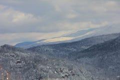 Χιονώδεις βουνά και κοιλάδες Στοκ εικόνα με δικαίωμα ελεύθερης χρήσης