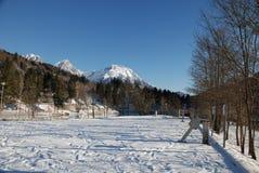 Χιονώδεις βουνά και υπαίθριος σταθμός αυτοκινήτων στοκ φωτογραφία με δικαίωμα ελεύθερης χρήσης