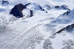 Χιονώδεις κορυφογραμμές και παγετώνες βουνών στο εθνικό πάρκο Kluane, Yukon Στοκ Φωτογραφίες