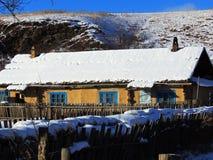 Χιονώδες αγροτικό σπίτι Στοκ εικόνα με δικαίωμα ελεύθερης χρήσης
