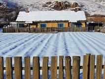 Χιονώδες αγροτικό σπίτι Στοκ Εικόνες