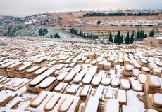 Χιονώδες αναμνηστικό εβραϊκό νεκροταφείο στο υποστήριγμα των ελιών. Στοκ Φωτογραφίες