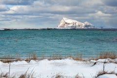Χιονώδες νησί στη βόρεια Νορβηγία Στοκ Φωτογραφία