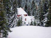 Χιονώδες ξύλινο εξοχικό σπίτι στο θέρετρο Muntele Mic Στοκ Φωτογραφίες