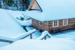 Χιονώδες ξύλινο εξοχικό σπίτι Στοκ φωτογραφία με δικαίωμα ελεύθερης χρήσης