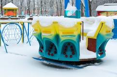 Χιονώδες πετώντας πιατάκι έλξης στο χειμερινό πάρκο, Gomel, Λευκορωσία Στοκ φωτογραφία με δικαίωμα ελεύθερης χρήσης