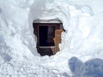 Χιονώδες σαλέ βουνών στο ξύλο Στοκ Φωτογραφία
