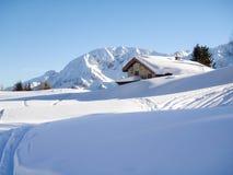 Χιονώδες σαλέ βουνών στο ξύλο Στοκ φωτογραφία με δικαίωμα ελεύθερης χρήσης