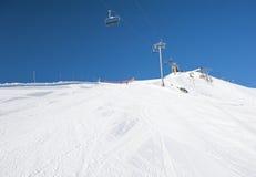 Χιονώδες σκι piste σε ένα βουνό Στοκ εικόνα με δικαίωμα ελεύθερης χρήσης