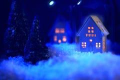 Χιονώδες σπίτι τη νύχτα Στοκ Φωτογραφία