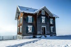 Χιονώδες σπίτι Στοκ Εικόνες