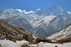 Χιονώδες τοπίο βουνών στο Ιμαλάια Αιχμή Machapuchare, διαδρομή στρατόπεδων βάσεων Annapurna Στοκ φωτογραφία με δικαίωμα ελεύθερης χρήσης