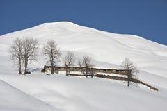 Χιονώδες τοπίο καμπινών βουνών Στοκ φωτογραφίες με δικαίωμα ελεύθερης χρήσης