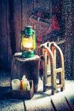 Χιονώδες χειμερινό εξοχικό σπίτι με τα σαλάχια και το κερί Στοκ φωτογραφία με δικαίωμα ελεύθερης χρήσης