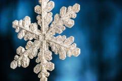 Χιονώδες snowflake σε ένα μπλε υπόβαθρο οικολογικός ξύλινος διακοσμήσεων Χριστουγέννων Στοκ Εικόνες