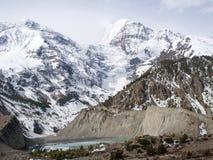 Χιονώδης λίμνη βουνών και πάγου Στοκ φωτογραφίες με δικαίωμα ελεύθερης χρήσης