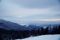 Χιονώδης αιχμή βουνών το πρωί Στοκ Φωτογραφίες